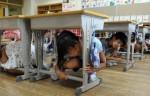 Trẻ em Nhật chui xuống cạnh bàn học khi có động đất